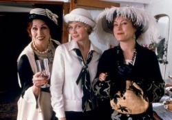 Joanna Lumley, Kirsten Dunst and Jennifer Tilly in Cat's Meow.