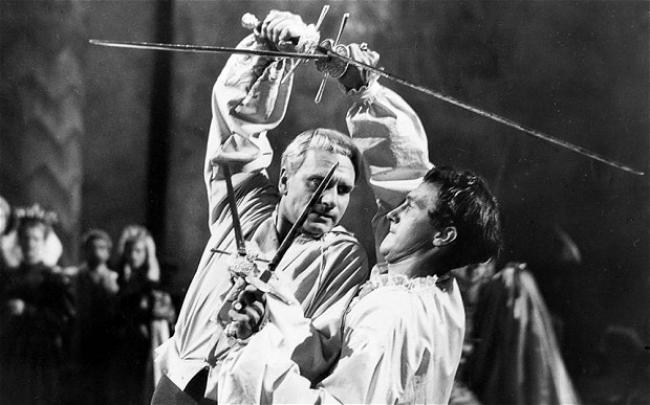 Laurence Olivier and Terence Morgan cross swords in Hamlet