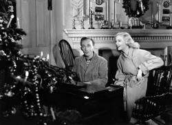 Bing Crosby and Marjorie Reynolds sing White Christmas in Holiday Inn.