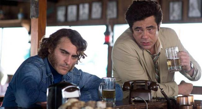 River Phoenix and Benicio del Toro in Inherent Vice