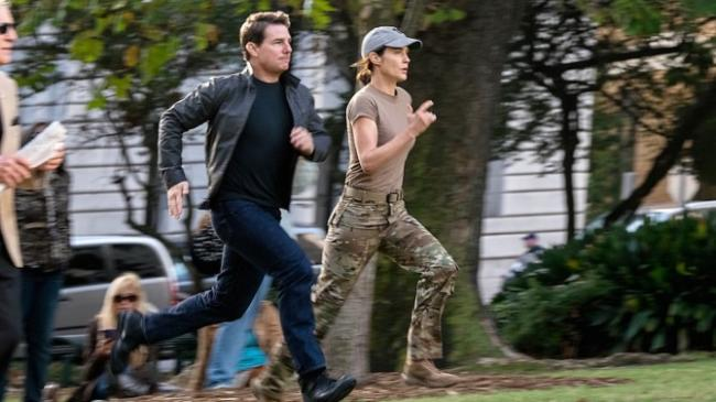 Tom Cruise and Cobie Smulders in Jack Reacher: Never Go Back.