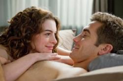 Anne Hathaway and Jake Gyllenhaal in Love and Other Drugs.