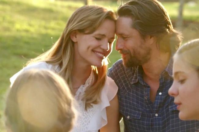 Jennifer Garner and Martin Henderson in Miracles From Heaven