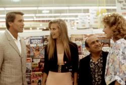Arnold Schwarzenegger, Kelly Preston, Danny Devito and Chloe Webb in Twins